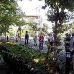 浅川の土手に至る遊歩道。