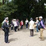 自然教育園の入口前で見学要領を熱心に聴く