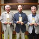 ②(上位入賞者の写真)「結果は、喜びを隠したどや顔のお三方」  中央が優勝者の二村さん 左側は 準優勝の石田さん、右側は3位の 古谷さん。