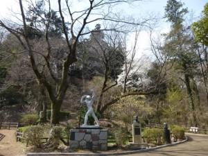 正面入口に続く彫刻広場。写真は北村西望の浦島